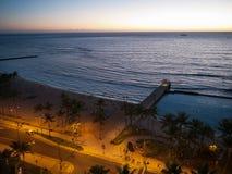 在日落以后的威基基海滩 免版税图库摄影