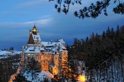 在日落以后的德雷库拉的城堡。 免版税图库摄影