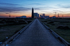 在日落以后的核电站 免版税库存图片