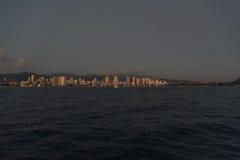 在日落以后的檀香山都市风景 免版税库存图片