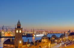 在日落以后的汉堡港口 库存图片