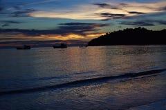 在日落以后的海在泰国 库存图片