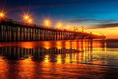 在日落以后的海边码头 免版税库存照片