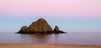 在日落以后的爱窥探者海岛 图库摄影