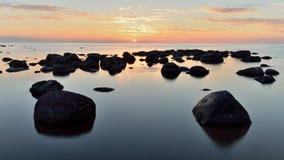 在日落以后的石头 库存照片