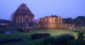 在日落以后的科纳克太阳神庙寺庙 库存图片