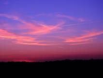 在日落以后的美丽的天空在前景夜风景 免版税图库摄影
