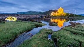 在日落以后的美妙的爱莲・朵娜城堡,苏格兰 免版税库存照片