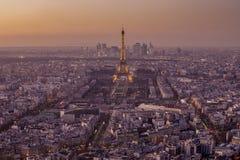 在日落以后的艾菲尔铁塔 免版税库存照片