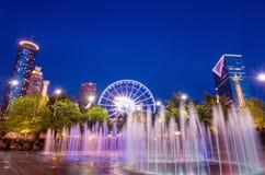 在日落以后的蓝色小时百年奥林匹克公园在亚特兰大 免版税库存照片