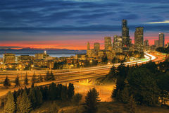在日落以后的西雅图都市风景 库存图片