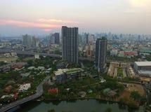 在日落以后的都市` s美好的鸟瞰图在曼谷 免版税库存图片