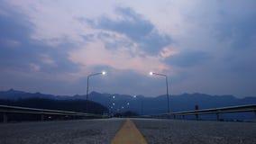 在日落以后的水坝场面 免版税图库摄影