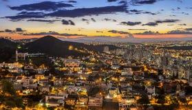 在日落以后的贝洛奥里藏特,米纳斯吉拉斯州,巴西 库存照片