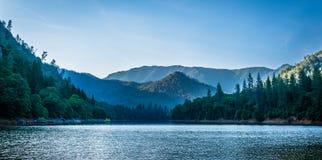 在日落以后的Shasta湖 库存照片