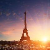 在日落-埃佛尔铁塔的巴黎都市风景 库存图片