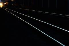 在日落阴影光的铁路轨道  免版税库存照片