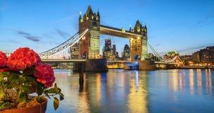在日落黄昏期间的有启发性塔桥梁 免版税库存图片