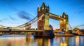 在日落黄昏期间的有启发性塔桥梁 图库摄影