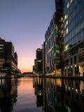 在日落03的河沿现代大厦 库存图片