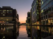 在日落02的河沿现代大厦 库存图片