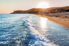 在日落-自然背景的美丽的海滩 库存图片