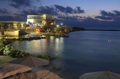 在日落(蓝色小时)以后的凯瑟里雅港口 免版税图库摄影