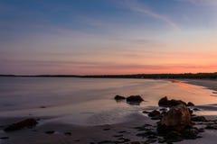 在日落(长的快门速度)的海滩 免版税图库摄影