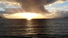 在日落-鸟瞰图的金黄海洋水 股票视频