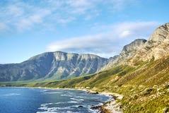 在日落Boland山复合体,西开普省的海边路 库存照片