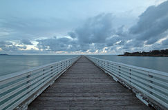 在日落cloudscape下的圣西梅昂公开码头在加利福尼亚中央海岸  库存照片