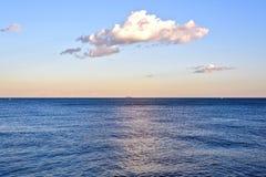 在日落Platja新星伊卡利亚岛或Barceloneta的惊人的海视图巴塞罗那海滩 西班牙 免版税库存图片