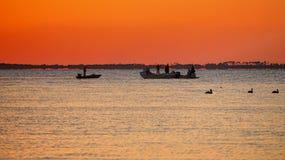 在日落St Josephs海湾之后的渔夫 库存照片