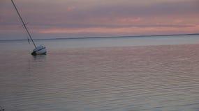 在日落St Josephs海湾之后的被着陆的风船 库存照片