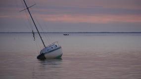 在日落St Josephs海湾之后的Gounded风船 免版税库存照片