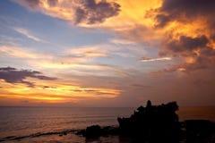 在日落tanah寺庙的巴厘岛印度批次 免版税库存图片