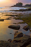在日落tanah寺庙的巴厘岛批次 免版税图库摄影