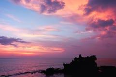 在日落tanah寺庙的巴厘岛印度批次 库存图片