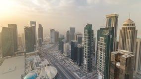 在日落timelapse前的摩天大楼在多哈,首都卡塔尔的商业中心地平线  影视素材