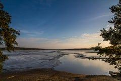 在日落Trebon,捷克共和国期间的Rozmberk池塘 免版税库存照片