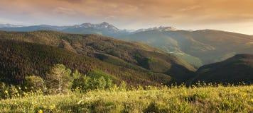 在日落Vail科罗拉多的全景落矶山脉峰顶视图 免版税图库摄影