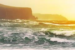 在日落vi的大西洋峭壁moher海洋 图库摄影
