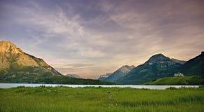 在日落waterton的湖 免版税库存照片