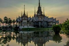 在日落watnonkhum的寺庙 库存照片