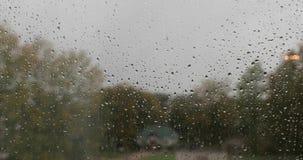 在日间玻璃流失的雨珠 股票录像