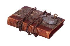 在旧书的生锈的链子和挂锁 免版税库存照片