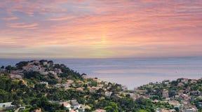 在旧港口小小山的意想不到的桃红色日落与海在马赛,法国 免版税库存照片