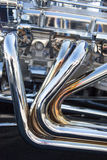 在旧车改装的高速马力汽车的所有镀铬物排气系统 免版税库存照片