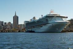 在旧金山停泊的巨大的游轮 库存图片