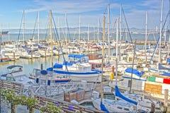在旧金山湾Fishermans码头的五颜六色的帆船  图库摄影